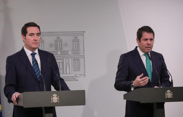 El presidente de la CEOE, Antonio Garamendi (izq) y el presidente de la Confederación Española de la Pequeña y Mediana Empresa Cepyme, Gerardo Cuerva